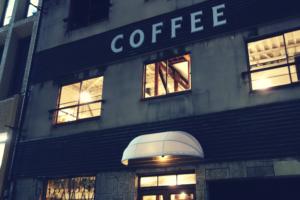 WIFE&HUSBANDの2店舗目。ロースタリーDAUGHTER(1階)とギャラリーSON(2階)。大きく「COFFEE」の文字がトレードマーク。