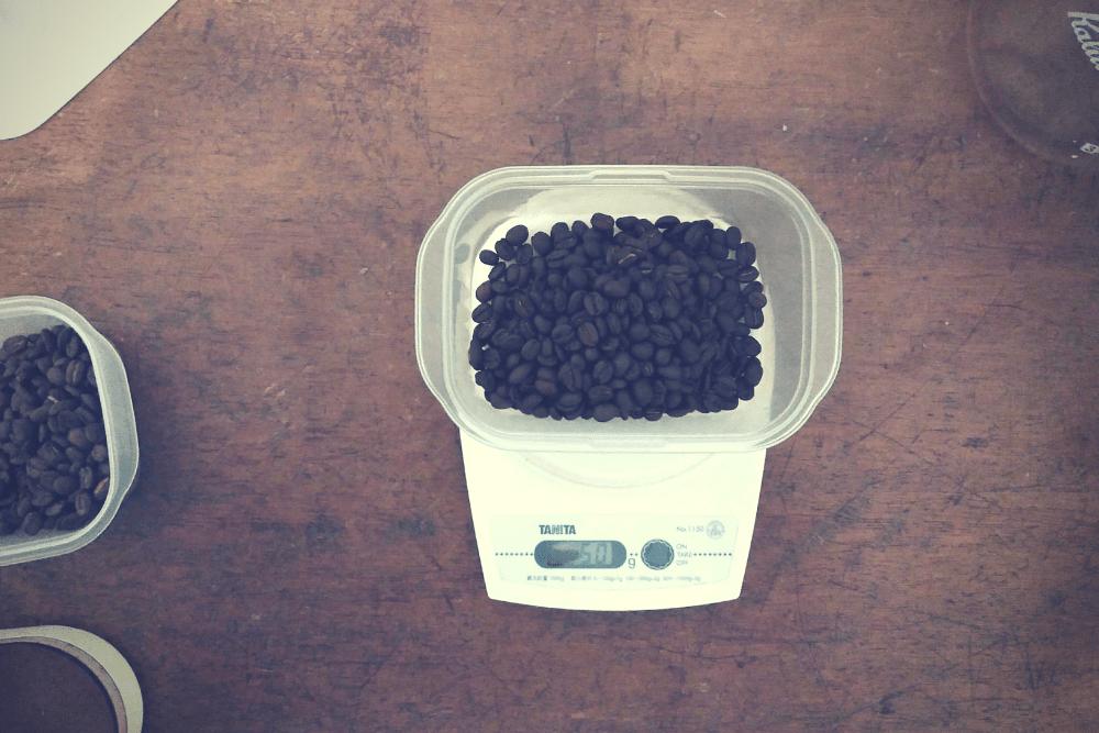 アイスコーヒーのために豆を計測。50gを使用。