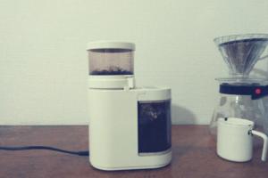 コーヒー豆をコーヒーミルで挽く。KalitaのCeramil MILLを使用。
