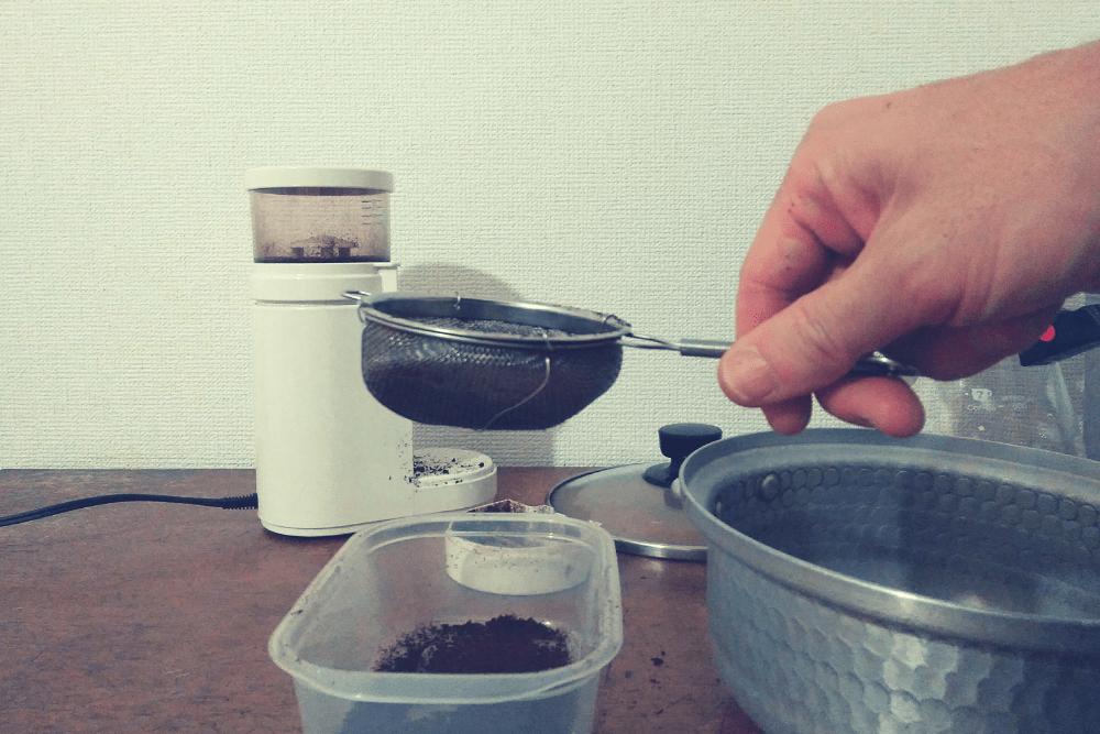 水につける前。茶こしを使い、微粉を取りのぞき、雑味が出るのを防ぐ。
