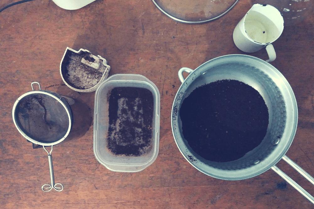 取りのぞいた微粉とコーヒー豆。