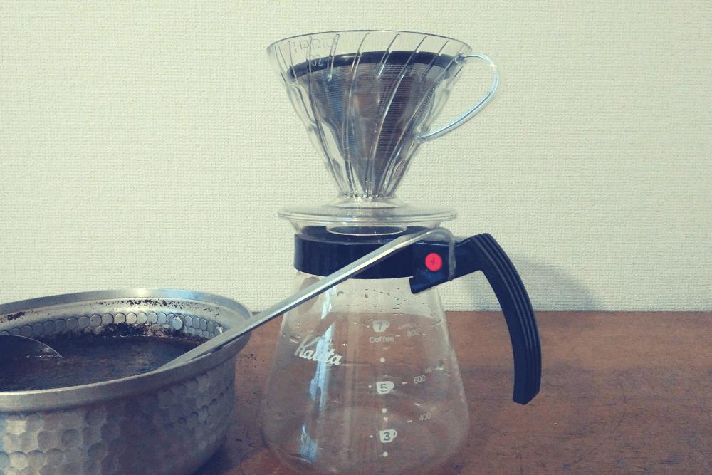8時間後の翌朝、KINTOの「Stainless steel filter 2cups」を使い、コーヒーを淹れる。