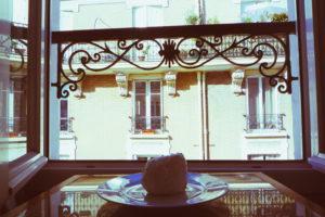 パリのホテルから。セゾンカイザーで購入した、メレンゲのパンとバルコニー。