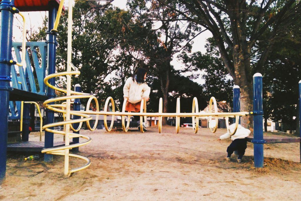 公園で遊ぶ2人の子どもたち