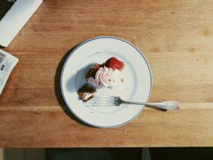 上から見たイチゴのタルトと机